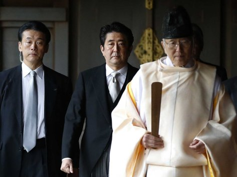 Shinzo Abe (middle) at the Yasukuni Shrine